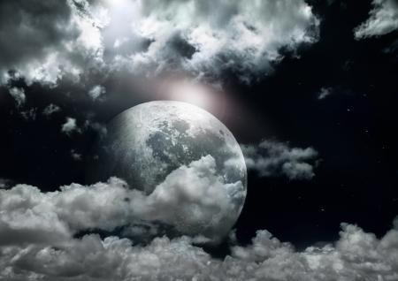 the moonlight: Luna llena en una noche nublada. Foto de archivo