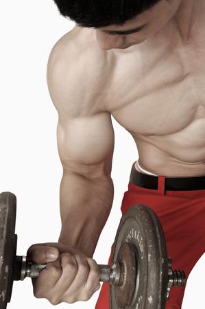 nackte brust: Muskul�re m�nnlichen Torso mit nacktem Oberk�rper heben Hanteln, isoliert auf wei�em Lizenzfreie Bilder
