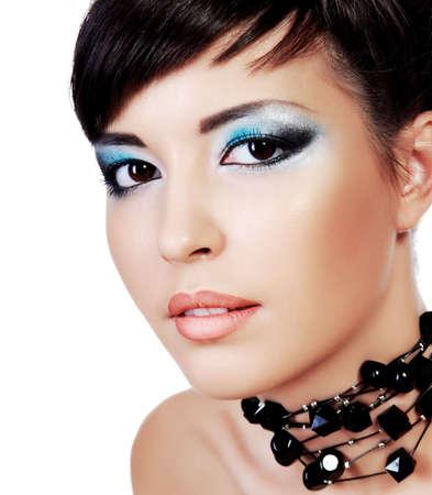 maquillage yeux: Close-up belle jeune femme face styl�e avec des yeux de mode make-up. Studio shot sur fond blanc.