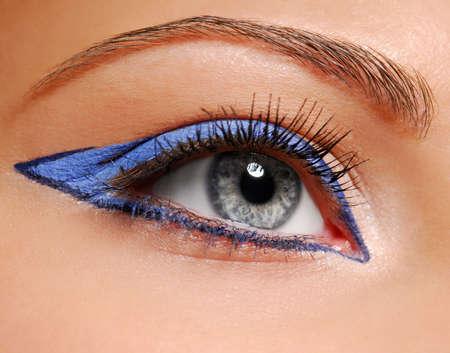 flecha azul: Flecha azul de la moda de maquillaje. Mujer de ojos.