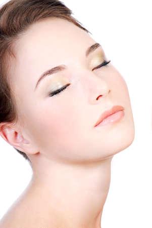 the neck: Giovane donna faccia close-up con gli occhi chiusi, Relax concetto. Archivio Fotografico
