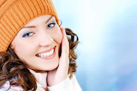 ropa invierno: Cara alegre mujer en las prendas de vestir de color naranja c�lido sombrero. Temporada de invierno.