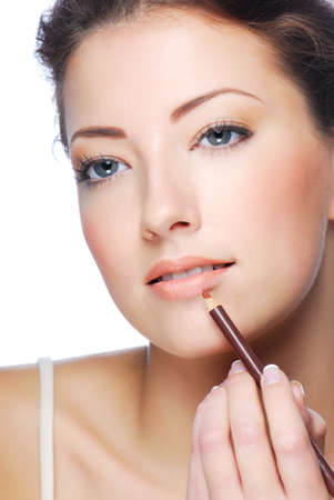 concealer: Ritratto di donna bella applicazione utilizzando rossetto per labbra concealer pennello