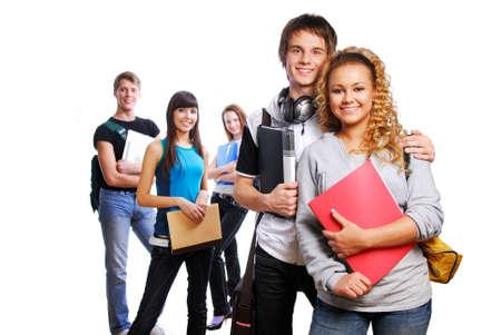 etudiant livre: Couple de jeunes �tudiants intelligent sur l'avant-plan. Amis de l'arri�re-plan