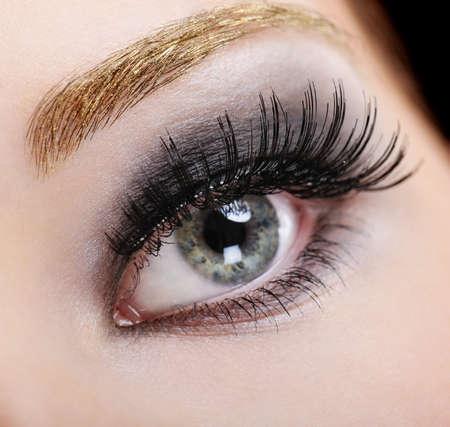 unecht: Frau mit hellen Augen Fashion Make-up und schwarzen falschen Wimpern