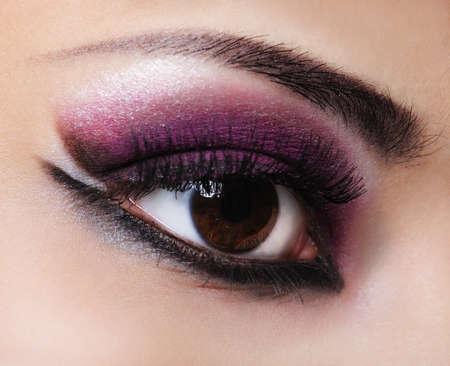 falso: Mujer con los ojos violeta de estilo y moda de maquillaje