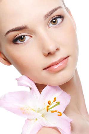 gezichtsbehandeling: gezonde huid van jonge vrouwelijke gezicht - geïsoleerd Stockfoto
