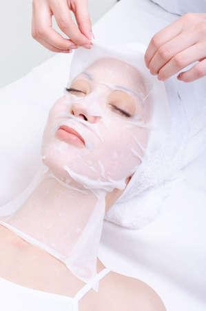 pulizia viso: cure termali per i giovani il volto di donna nel salone di bellezza Archivio Fotografico