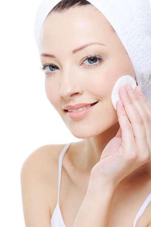 mujer limpiando: joven bella mujer con algod�n limpieza su cara