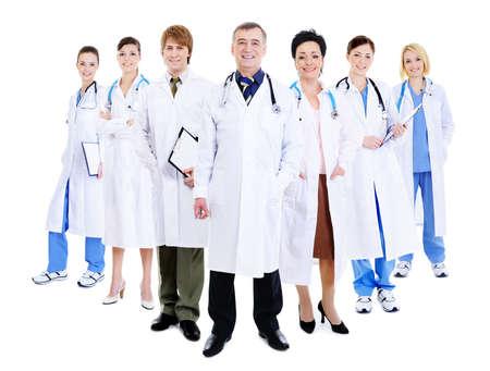grupo de m�dicos: feliz �xito de equipo de m�dicos en el hospital de pie junto batas Foto de archivo