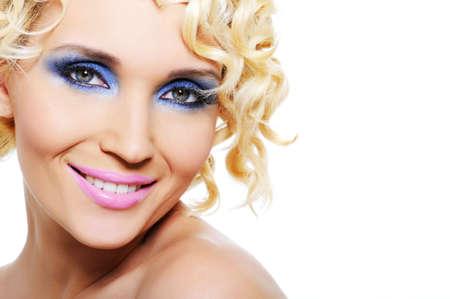 stage makeup: Ritratto di giovane donna bella risata con brillante fase di make-up