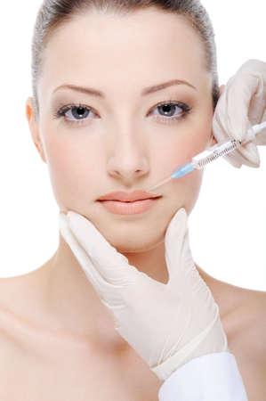 zastrzyk: kosmetyczka podaniem zastrzyku botox kobiet na wargach Zdjęcie Seryjne