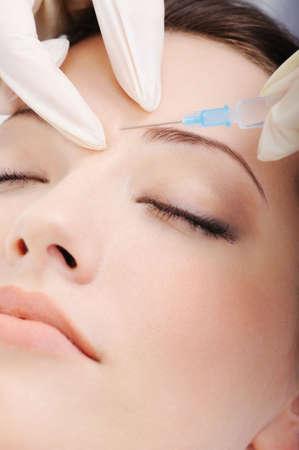 inyeccion: cosm�ticos, la inyecci�n de botox a la hermosa cara femenina - close-up retrato