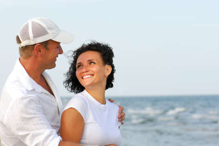 casal heterossexual: Heterosexual couple flirting on beach