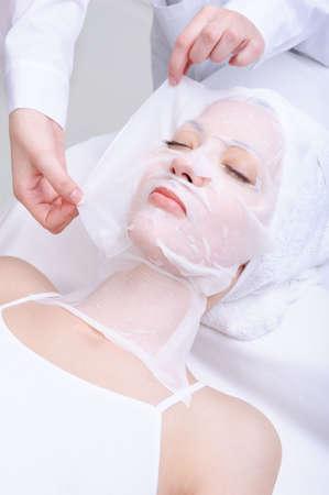 pulizia viso: giovani bella donna nel salone di bellezza cosmetici - chiuso