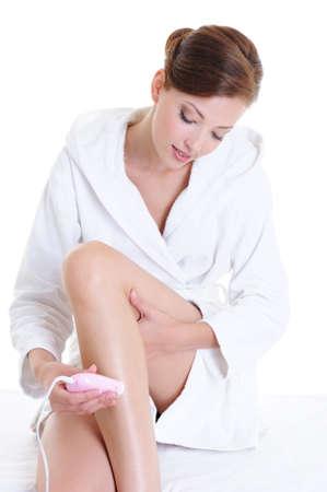 electric shaver: sulla depilazione femminile con gambe rasoio elettrico - isolati su bianco Archivio Fotografico
