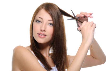 estilista: corte hermosa joven mujer morena de pelo con tijeras Foto de archivo