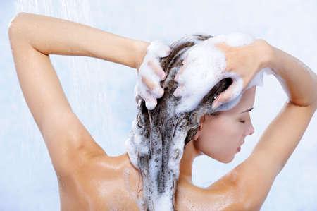 champu: close-up retrato de mujer muy joven tomando ducha