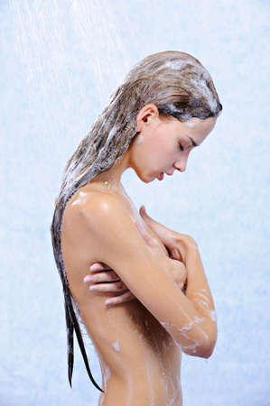girl shower: perfil de la hermosa chica linda desnuda tomando ducha Foto de archivo
