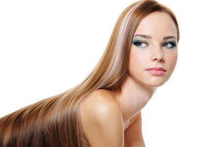 lussureggiante: Ritratto di giovane donna molto bella con i capelli lunghi lisci lussureggiante