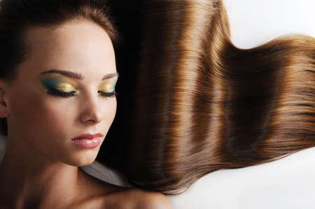 lussureggiante: Bella faccia caucasica femminile con lunghi capelli lussureggiante - gli occhi chiusi Archivio Fotografico