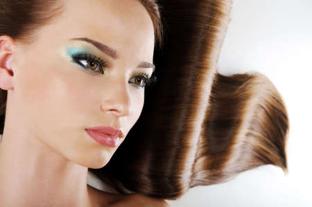 hazel eyes: Belleza femenina cara con marr�n largo cabello sano
