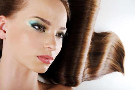 lussureggiante: Bellezza femmina marrone lungo faccia con i capelli sani Archivio Fotografico
