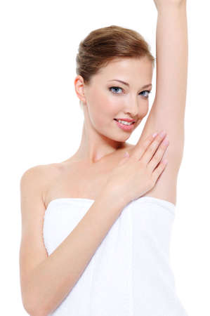 axila: Piel limpia y fresca de la axila de la mujer - fondo blanco