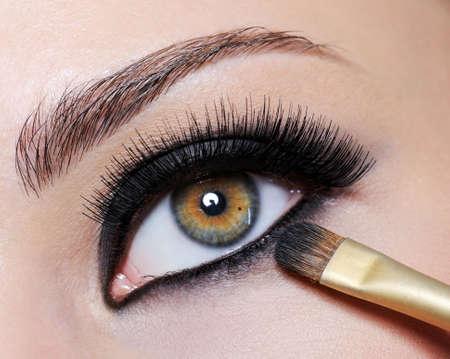 maquillage yeux: Bright black eye make-up sur le gros plan des yeux de femmes - � long cils Banque d'images