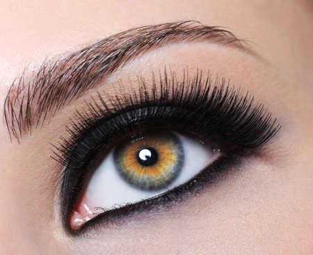 unecht: Weibliche schwarz mit hellen Augen Make-up und lange Wimpern Lizenzfreie Bilder