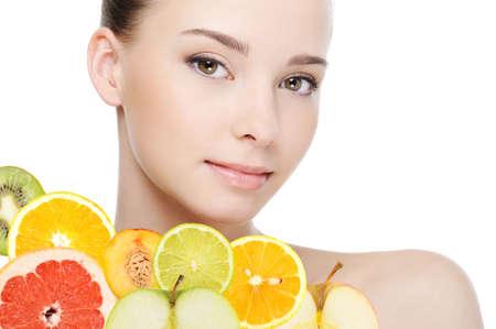 jugo de frutas: hermoso rostro limpio de la salud femenina con frutas frescas