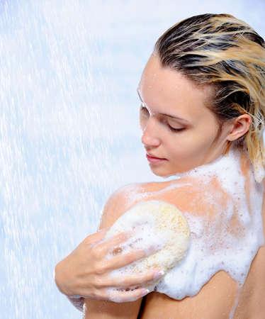jabon: Hermosa mujer joven lavar su cuerpo bajo las corrientes de agua Foto de archivo