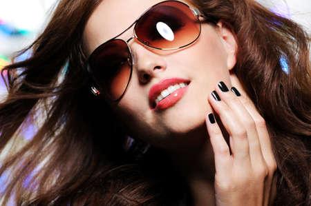 sunglasses: Ver expresivo de la mujer hermosa morena con modernas gafas de sol de moda Brown
