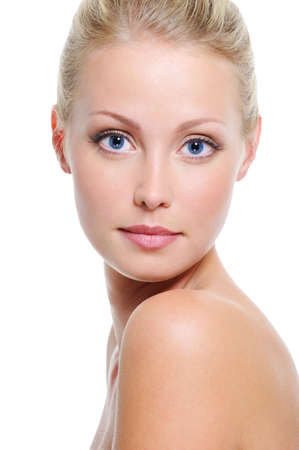 blue eyes blonde: Close-up frente a la hermosa mujer rubia, blanca, con ojos azules sobre blanco