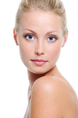 blonde yeux bleus: Gros plan visage de femme de race blanche belle blonde aux yeux bleu sur blanc