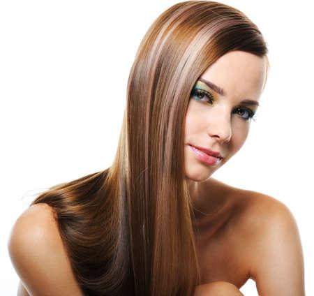 capelli lunghi: Ritratto di giovane e graziosa donna, sorridente, con capelli lisci e lunghi