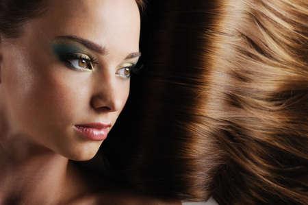 lussureggiante: Close-up bellissimo volto femminile, con lussureggianti capelli lunghi come sfondo