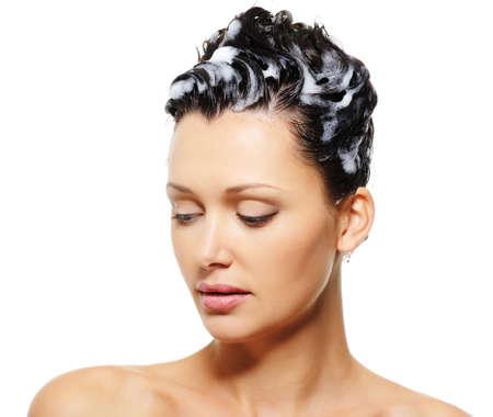 champu: Close-up retrato de una mujer adulta de belleza con champ� en su pelo Foto de archivo