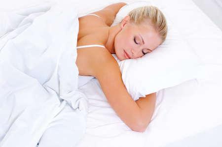 woman sleep: Rubia hermosa mujer durmiendo en la cama - de alto disparar �ngulo Foto de archivo