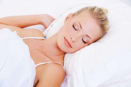 mujer en la cama: Close-up retrato de mujer durmiendo muy hermosa Foto de archivo