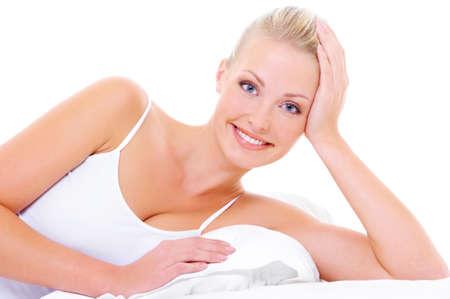 dentudo: Retrato de mujer alegre hermosa sonrisa dentona feliz tumbado en la cama blanca
