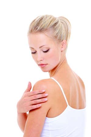 Woman zorg masseren haar schouder over witte achtergrond Stockfoto
