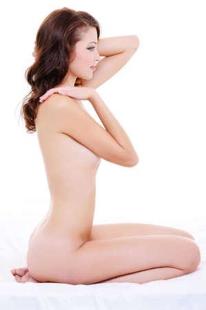 corps femme nue: Portrait de profil de sexe f�minin caucasien jeune avec un corps nu sur blanc
