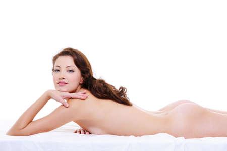 nudo di donna: Donna di bellezza con un corpo nudo in posa sexy sul letto