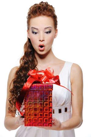 astonishment: Retrato de una mujer asombro la celebraci�n de la caja de regalo - aisladas en blanco Foto de archivo