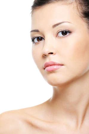 Close-up retrato de un rostro sereno atractiva mujer de Asia sobre fondo blanco