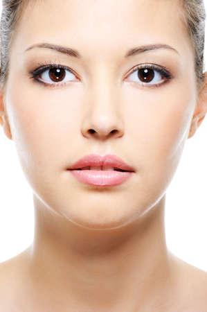 Vista frontal de la cara cerca-up retrato de una belleza femenina de Asia
