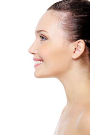 side profile: Ritratto di profilo del viso sorridente di donna con la pelle pulita pure su sfondo bianco