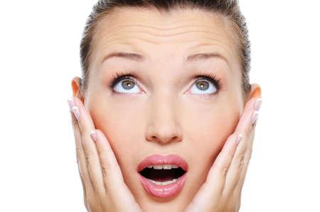 asombro: Mujer joven y atractiva, con una emoci�n asombro en su cara - aisladas en blanco