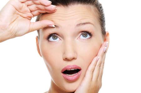 piel: Close-up frente a la joven y bella mujer de piel en la frente de compresi�n de